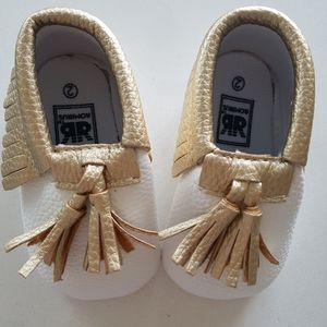 ROMIRUS infant moccasin booties in white with gold